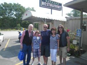 Foceno v roce 2011 ve Franklinu, Tennessee. Na fotce je George Hamilton IV., V. a VI. + já a můj manžel Radek